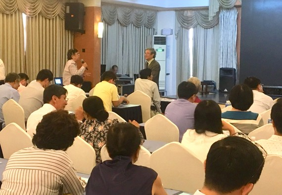 Luật sư trao đổi với diễn giả tại buổi tập huấn liên quan đến hoạt động hành nghề luật do Sở Tư pháp TPHCM tổ chức