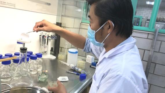 Nhân viên Phòng Quản lý chất lượng nước (Sawaco) phân tích, giám sát chất lượng nước sạch trước khi cung cấp cho người dân