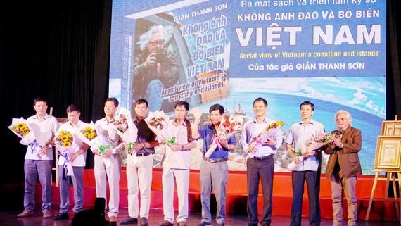 Nhiếp ảnh gia Giản Thanh Sơn (bìa phải) tri ân những phi công  của Trung đoàn Không quân trực thăng 917