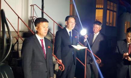 Phái đoàn Triều Tiên họp báo, tố Mỹ phá vỡ đàm phán. Ảnh: REUTERS
