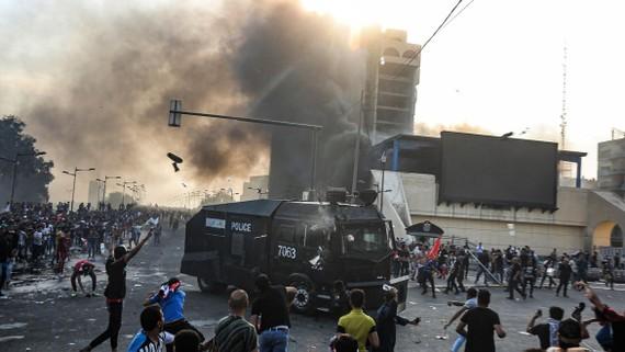 Người biểu tình xung đột với cảnh sát tại khu vực giữa quảng trường Tahrir và vùng Xanh ở thủ đô Baghdad, Iraq ngày 1-10-2019. Ảnh: TTXVN