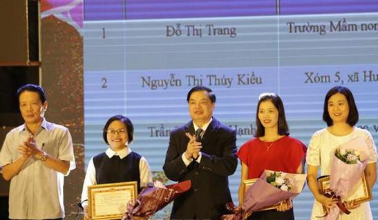 Ban Tổ chức trao giải Nhất cho các tác giả. Ảnh: TTXVN