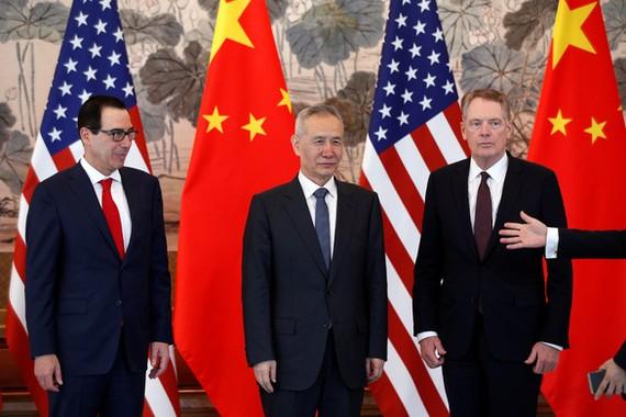 Bộ trưởng Tài chính Mỹ Steven Mnuchin (bìa trái), Phó thủ tướng Trung Quốc Lưu Hạc và đại diện thương mại Mỹ Robert Lighthizer trong một lần gặp nhau ở vòng đàm phán thương mại gần đây. Ảnh: REUTERS