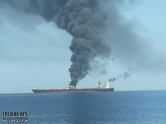 Khói bốc lên từ tàu chở dầu của Iran