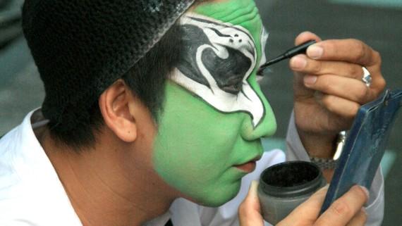 Nghệ sĩ Bảo Châu hóa trang chuẩn bị cho một vai diễn hát bội