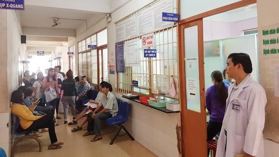 Đông đảo bệnh nhân đến khám và điều trị tại Bệnh viện Quận 9