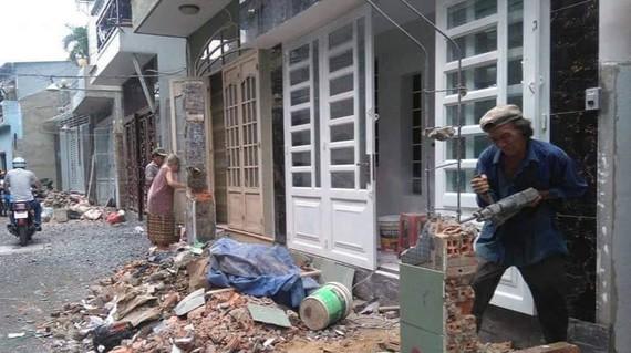Người dân hẻm 205 Trần Văn Đang, phường 11 (quận 3) tự tháo dỡ vật kiến trúc để hiến đất mở hẻm, chỉnh trang đô thị
