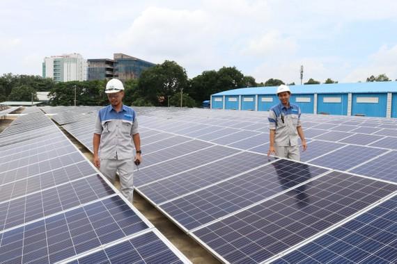 Nhân viên SWIC kiểm tra hệ thống năng lượng mặt trời  trên mái nhà