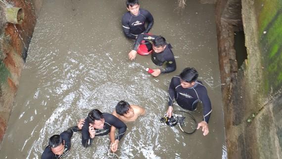 Thượng úy Trần Thành Phát cùng đồng đội đưa nạn nhân mắc kẹt  trong cống thoát nước ra ngoài
