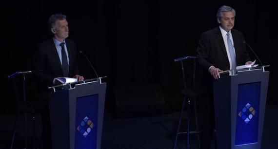 Đương kim Tổng thống Mauricio Macri (trái) và thành viên đối lập Alberto Fernandez trong cuộc tranh luận trực tiếp trước bầu cử tổng thống ngày 20-10-2019. Nguồn: TTXVN