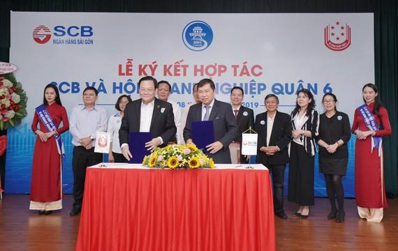 Ông Vương Chí Hòa – Phó Chủ tịch Hội Doanh nghiệp Quận 6 (bên trái) và Ông Bùi Anh Dũng – Phó TGĐ phụ trách Khối Doanh nghiệp SCB ký kết thỏa thuận hợp tác.