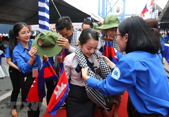 Đoàn thanh niên Thành phố Hồ Chí Minh tặng quà lưu niệm đại biểu thanh niên tàu Thanh niên Đông Nam Á và Nhật Bản năm 2019. Ảnh: TTXVN