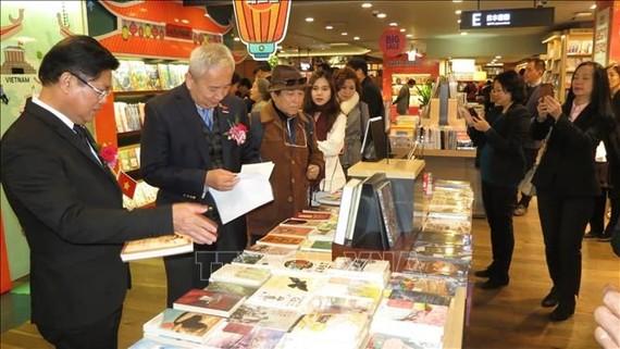 Các đại biểu tham quan gian triển lãm sách Việt Nam tại Seoul, Hàn Quốc. Ảnh: TTXVN