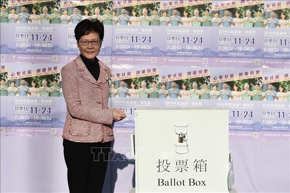Trưởng Khu hành chính đặc biệt Hong Kong (Trung Quốc) Lâm Trịnh Nguyệt Nga bỏ phiếu bầu các thành viên Hội đồng cấp quận tại điểm bầu cử ở Hong Kong ngày 24-11-2019. Ảnh: TTXVN