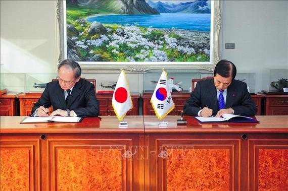 Bộ trưởng Quốc phòng Hàn Quốc Han Min-Koo (phải) và Đại sứ Nhật Bản tại Hàn Quốc Yasumasa Nagamine tại lễ ký Hiệp định bảo mật thông tin quân sự chung (GSOMIA) ở Seoul ngày 23-11-2016. Ảnh: TTXVN