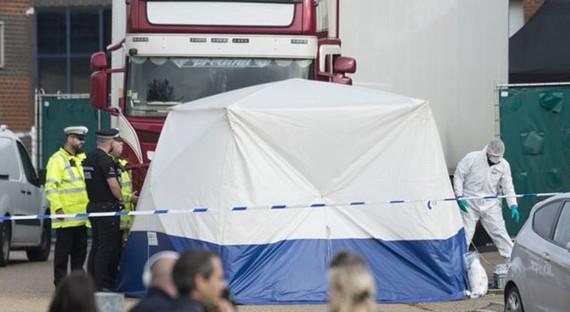 Hiện trường phát hiện 39 thi thể trong thùng xe tải đông lạnh ở khu công nghiệp Waterglade thuộc hạt Essex của Anh. Ảnh: TTXVN