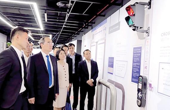 Bí thư Thành ủy TPHCM Nguyễn Thiện Nhân cùng đoàn đại biểu cấp cao TPHCM tìm hiểu mô hình giao thông thông minh tại Singapore. Ảnh: KIỀU PHONG