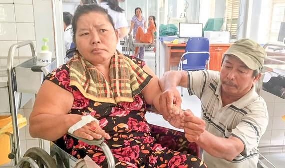 Ông Lương Sen một mình nuôi vợ tai biến trong bệnh viện suốt 7 năm nay