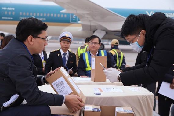 Lực lượng chức năng đưa thi thể các nạn nhân  về đến sân bay quốc tế Nội Bài. Ảnh: TTXVN