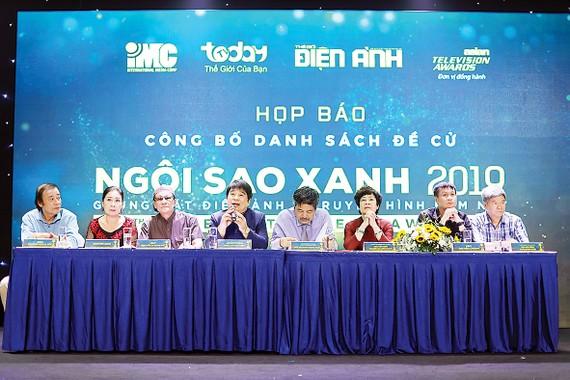 Ông Lâm Chí Thiện, Chủ tịch Hội đồng Quản trị kiêm Tổng giám đốc  Tập đoàn IMC - Trưởng ban Tổ chức Giải thưởng Ngôi Sao Xanh (thứ 5 từ phải sang) trả lời câu hỏi báo chí về giải thưởng