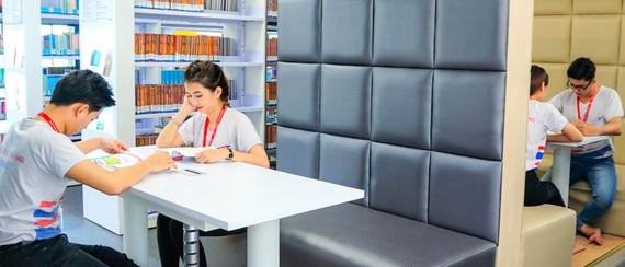 Sinh viên đọc sách tại thư viện Inspire Library của Trường ĐH Tôn Đức Thắng