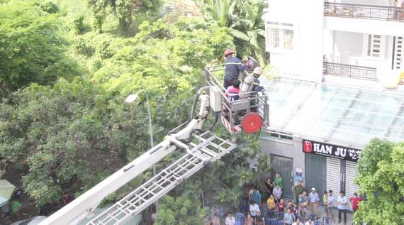 Lực lượng PCCC triển khai xe thang cứu người trên các tầng cao