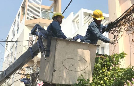 Nhân viên điện lực sửa chữa, bó gọn lại hệ thống điện tại hẻm 1163 Lê Đức Thọ (phường 13 quận Gò Vấp)