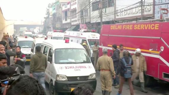 Xe cứu hỏa và cứu thương được huy động tới hiện trường vụ cháy nhà máy ở New Delhi. Ảnh: REUTERS