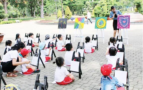 Một lớp học vẽ ngoài trời của các bé Trường Worldkids