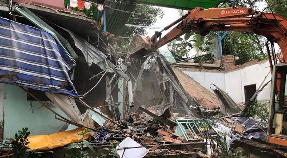 Cưỡng chế tháo dỡ các công trình không phép ở làng đại học Thủ Đức ngày 17-12. Ảnh: KIỀU PHONG