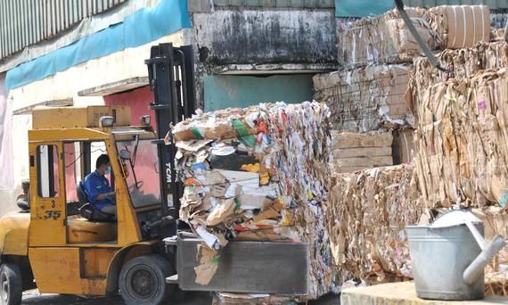 Giấy đã qua sử dụng được đưa vào nhà máy  trong Khu công nghiệp Hiệp Phước để tái chế