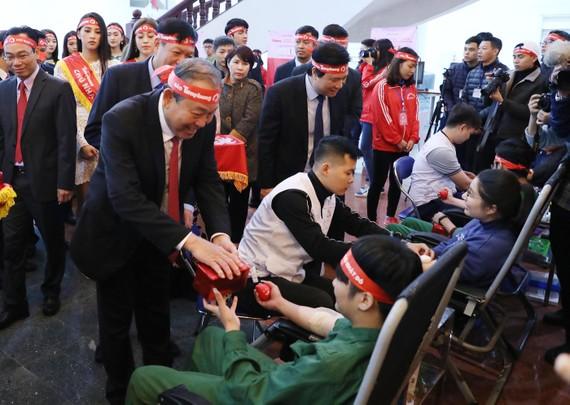 Phó Thủ tướng Thường trực Trương Hoà Bình tặng quà, động viên các thanh niên, sinh viên tham gia hiến máu tình nguyện. Ảnh: VGP