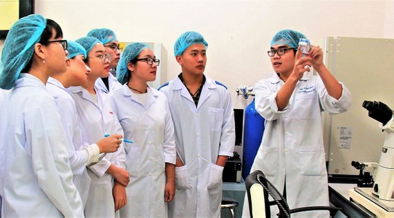 Cán bộ nghiên cứu Trường ĐH Quốc tế (ĐH Quốc gia TPHCM) làm việc tại phòng thí nghiệm