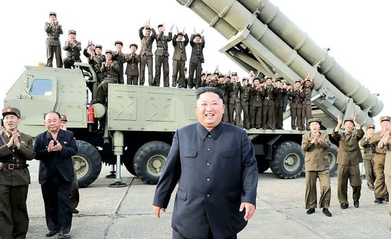 Nhà lãnh đạo Triều Tiên Kim Jong-un giám sát một vụ thử vũ khí trong năm 2019