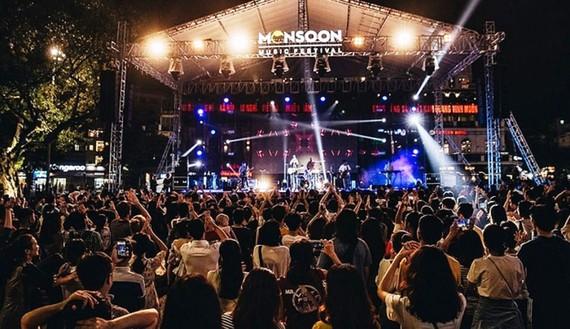 Lễ hội âm nhạc quốc tế Gió Mùa với sự tham gia của các nghệ sĩ quốc tế, thu hút đông đảo bạn trẻ tham dự