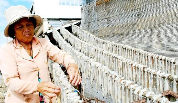 Người dân phơi khô cá khoai Cái Đôi Vàm, Cà Mau, một đặc sản đã được cấp nhãn hiệu tập thể