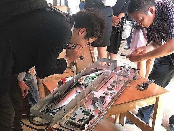 Các chuyên gia của Công ty TNHH thang máy Mitsubishi Việt Nam kiểm tra xuất xứ và chất lượng thang máy mà Công ty Hùng Quang bán cho Công ty VLP