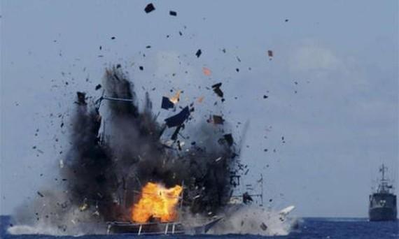Indonesia cho nổ tung tàu cá nước ngoài hoạt động trái phép tại vùng biển nước này hồi năm 2015. Ảnh: REUTERS