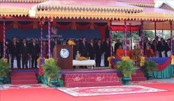 Thủ tướng Vương quốc Campuchia Samdech Akka Moha Sena Padei Techo Hun Sen và các đại biểu tại lễ kỷ niệm. Ảnh: TTXVN