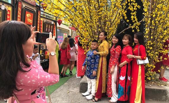 Áo dài truyền thống được nhiều bạn trẻ lựa chọn chụp hình  tại đường mai phố Ông Đồ