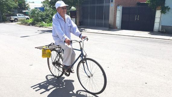 Cụ Bình đạp xe đi bán đậu phộng để kiếm tiền làm từ thiện