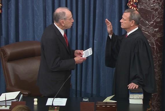 Chánh án Tòa án tối cao Mỹ John Roberts (phải) tuyên thệ chủ trì phiên tòa luận tội ông Trump ngày 16-1. Ảnh: REUTERS