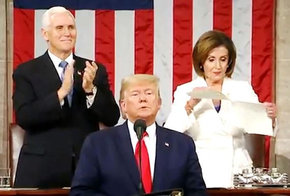 Khi Tổng thống Donald Trump kết thúc Thông điệp liên bang thì ở phía sau,  Chủ tịch Hạ viện Nancy Pelosi xé tài liệu này