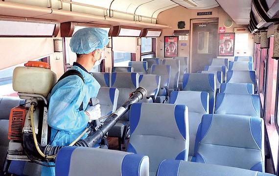 Xịt thuốc phòng dịch toa tàu ở Ga Sài Gòn                                                                     .  Ảnh: HOÀNG HÙNG