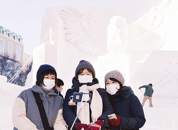 Khách tham quan lễ hội tuyết Sapporo