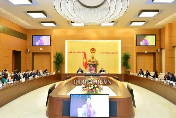 Chủ tịch Quốc hội Nguyễn Thị Kim Ngân chúc mừng các Đại sứ, Trưởng cơ quan đại diện Việt Nam tại nước ngoài. Ảnh: QUOCHOI.VN