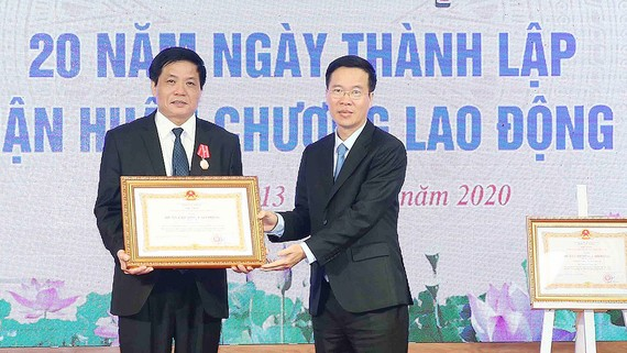 Đồng chí Võ Văn Thưởng trao Huân chương Lao động hạng ba cho Tổng Biên tập Báo điện tử Đảng Cộng sản Việt Nam  Trần Doãn Tiến. Ảnh: TTXVN