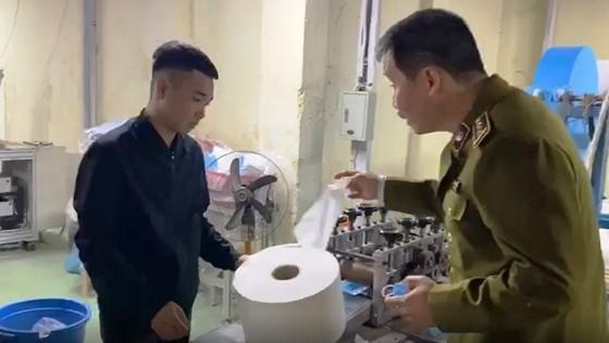 Lực lượng chức năng kiểm tra cơ sở dùng giấy vệ sinh sản xuất khẩu trang y tế
