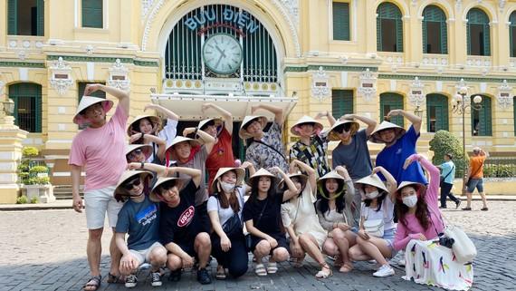 Du khách nước ngoài tham quan TPHCM ngày 20-2. Ảnh: CAO THĂNG