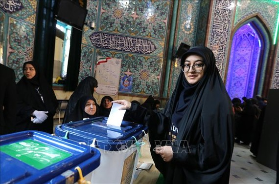 Cử tri Iran bỏ phiếu trong cuộc tổng tuyển cử tại điểm bầu cử ở Tehran ngày 21-2-2020. Ảnh: TTXVN
